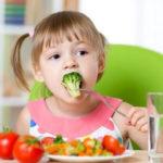 Mẹ chỉ cho trẻ táo bón ăn nhiều chất xơ liệu đã đủ?