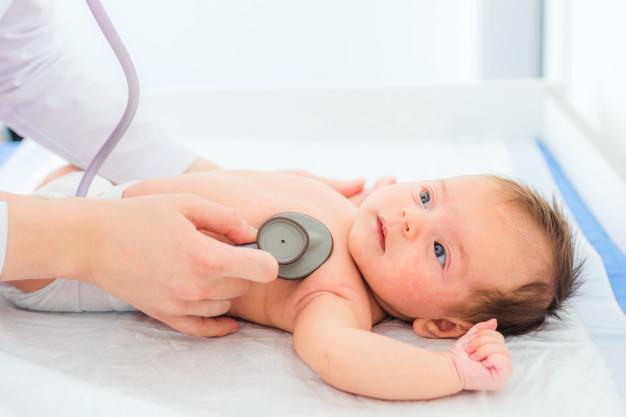 Khi nào cần đưa trẻ đến bệnh viện để điều trị bệnh táo bón